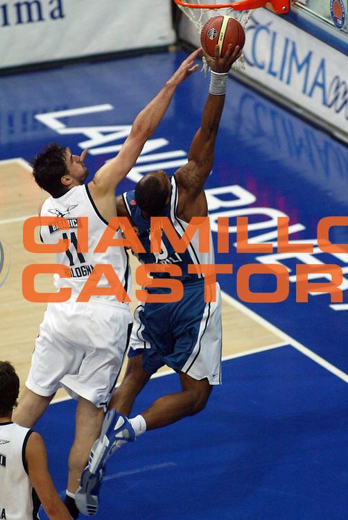DESCRIZIONE : Bologna Lega A1 2005-06 Play Off Semifinale Gara 3 Climamio Fortitudo Bologna Carpisa Napoli<br /> GIOCATORE : Hunter<br /> SQUADRA : Carpisa Napoli<br /> EVENTO : Campionato Lega A1 2005-2006 Play Off Semifinale Gara 3<br /> GARA : Climamio Fortitudo Bologna Carpisa Napoli<br /> DATA : 07/06/2006 <br /> CATEGORIA : Schiacciata<br /> SPORT : Pallacanestro <br /> AUTORE : Agenzia Ciamillo-Castoria/M.Minarelli