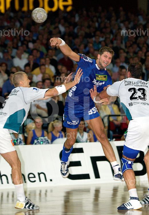 Handball Maenner 1.Bundesliga 2002/2003 Hans-Martin-Schleyer-Hall Stuttgart (Germany) FrischAuf Goeppingen - TBV Lemgo (22:34) Mitte Daniel Stephan (Lemgo) zieht ab, Sprungwurf links Dragos Oprea (FrischAuf)