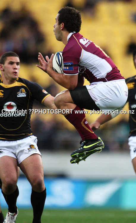 Southland's Glen Horton takes a high ball under pressure from Shaun Treeby.<br /> Air NZ Cup semi-final - Wellington Lions v Southland Stags at Westpac Stadium, Wellington, New Zealand, Saturday, 31 October 2009. Photo: Dave Lintott/PHOTOSPORT