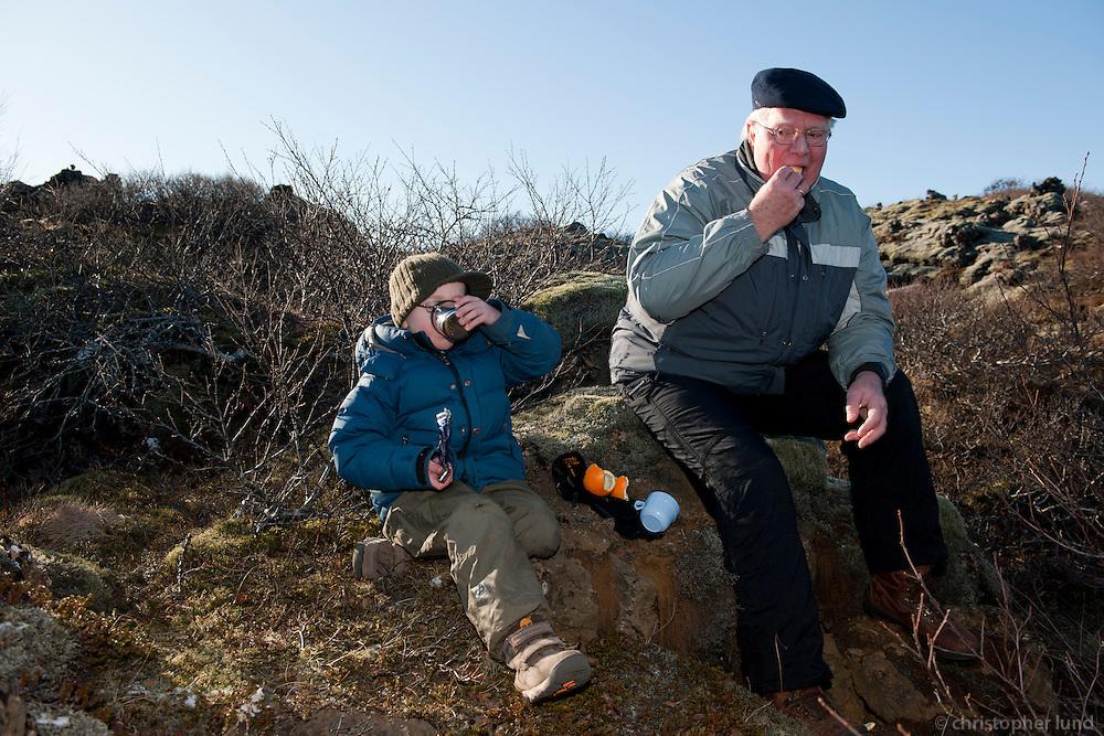 Ari Carl og afi Mats nesta sig í Heiðmörk.
