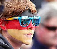 Australian Open 2011, Melbourne Park,ITF Grand Slam Tennis Tournament . .Tennis Fan mit Gesichtsbemalung, Deutschland Farben, Sonnenbrille, Spiegelung,Tennisplatz,Portrait,