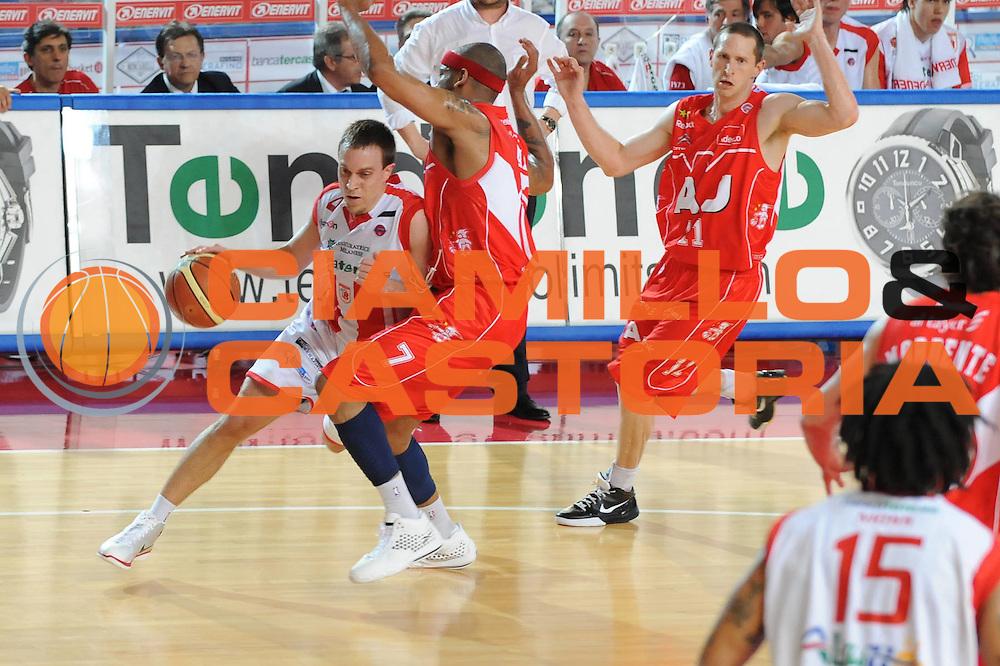 DESCRIZIONE : Teramo Lega A 2008-09 Playoff Quarti di finale Gara 3 Bancatercas Teramo Armani Jeans Milano<br /> GIOCATORE : Ryan Hoover<br /> SQUADRA : Bancatercas Teramo<br /> EVENTO : Campionato Lega A 2008-2009 <br /> GARA : Bancatercas Teramo Armani Jeans Milano<br /> DATA : 22/05/2009<br /> CATEGORIA : penetrazione<br /> SPORT : Pallacanestro <br /> AUTORE : Agenzia Ciamillo-Castoria/M.Marchi