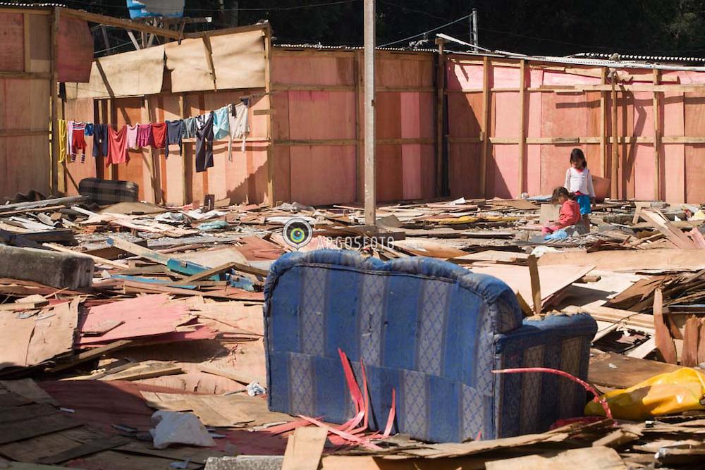 Remocao de barracos nas Favelas dos Portais Campos e Menck, em Osasco,SP, para urbanizacao da area. Obra da Prefeitura de Osasco, financiada com recursos do PAC, plano de aceleracao do crescimento, do Governo Federal. / Slum Redevelopment - In Osasco, a city close of Sao Paulo city, a slum is being urbanized, with new houses, streets and squares. The works are supported by PAC (Plano de Aceleracao do Crescimento), the Plan of Federal Government to Development's acceleration