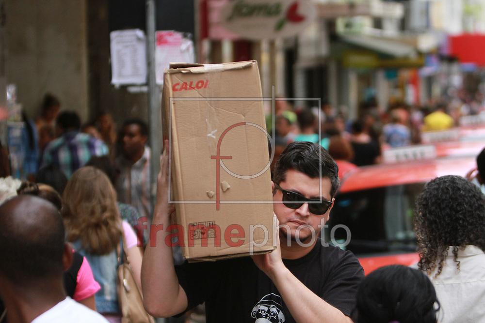 PORTO ALEGRE 22/12/2014 - DETRAN PL283 2014- Funcionarios do Detran lutam pela vota&ccedil;&atilde;o da PL283 2014 para readequar o plano de carreira. Em frente ao Palacio Piratini, sede do governo ga&uacute;cho, em Porto Alegre na tarde desta segunda-feira (22). <br /> <br /> FOTO: Itamar Aguiar/ Raw Image/Frame