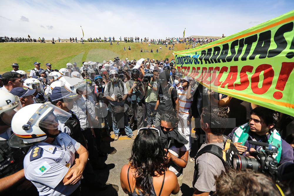 BRASILIA, DF, 07.09.2013 - PROTESTO 7 SETEMBRO EM BRASILIA - Manifestantes durante protesto no feriado da Independencia do Brasil em frente ao Congresso Nacional em Brasilia, neste sábado, 07. (Foto: William Volcov / Brazil Photo Press).