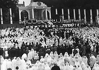 Crowds gathered for the Eucharistic Congress Mass in Dublin in 1932.<br /> (Part of the Independent Newspapers Ireland/NLI collection.)
