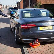 NLD/Vleuten/20160314 - Koningin Maxima aanwezig bij start 6e editie van de Week van het Geld, chauffeur van AA auto rijdt pion omver