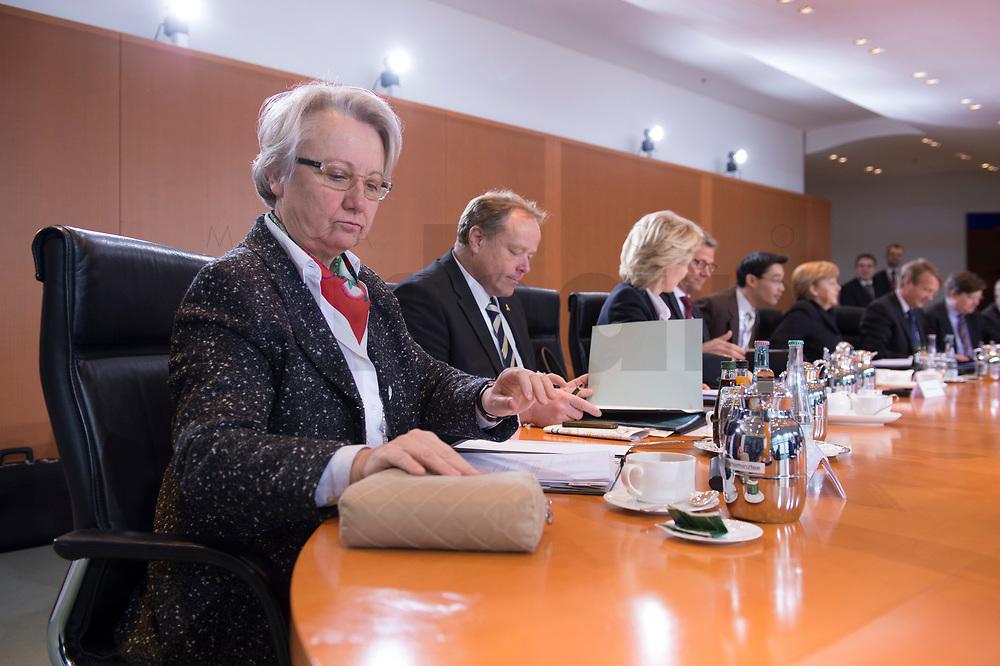 23 JAN 2013, BERLIN/GERMANY:<br /> Annette Schavan, CDU, Bundesforschungsministerin, vor Beginn der Kabinettsitzung, Bundeskanzleramt<br /> IMAGE: 20130123-01-018<br /> KEYWORDS: Kabinett, Sitzung, lesen, Akten