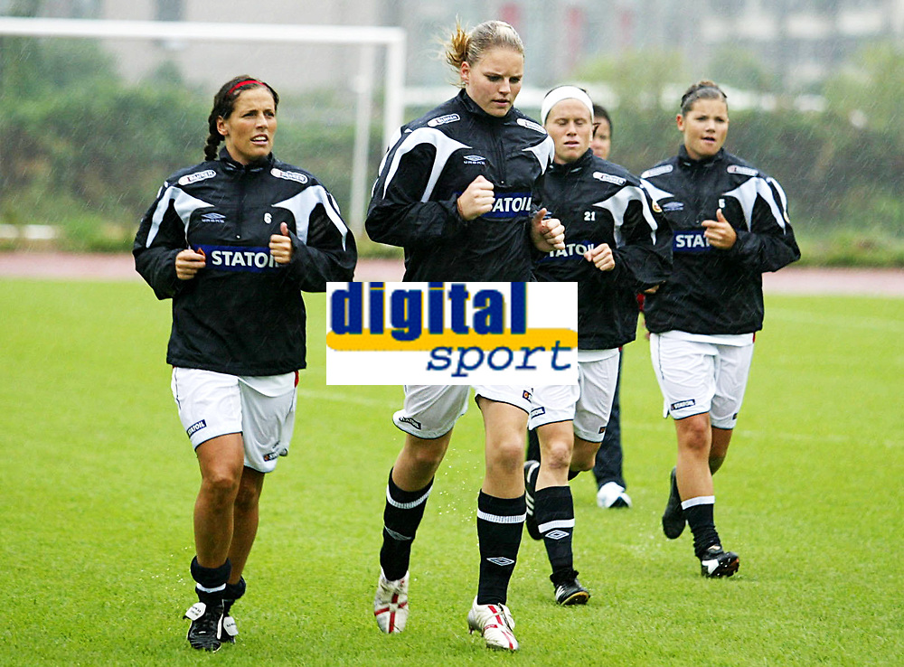 Fotball<br /> Norge Kvinner A <br /> VM 2007 Kina<br /> Trening i Hangzhou<br /> 03.09.2007<br /> Foto: CSPA/Digitalsport<br /> NORWAY ONLY<br /> <br /> L-R: Camilla Huse - Erika Skarb&oslash; - Lene Storl&oslash;kken - Siri Nordby