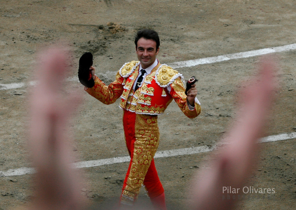 Spanish bullfighter Enrique Ponce greets the crowd after a bullfight at the Plaza de Acho bullring in Lima November 25, 2007. REUTERS/Pilar Olivares (PERU)
