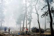 Byen Jhaljhaliya blev ødelagt i oversvømmelserne og folk måtte flygte ind i skoven.