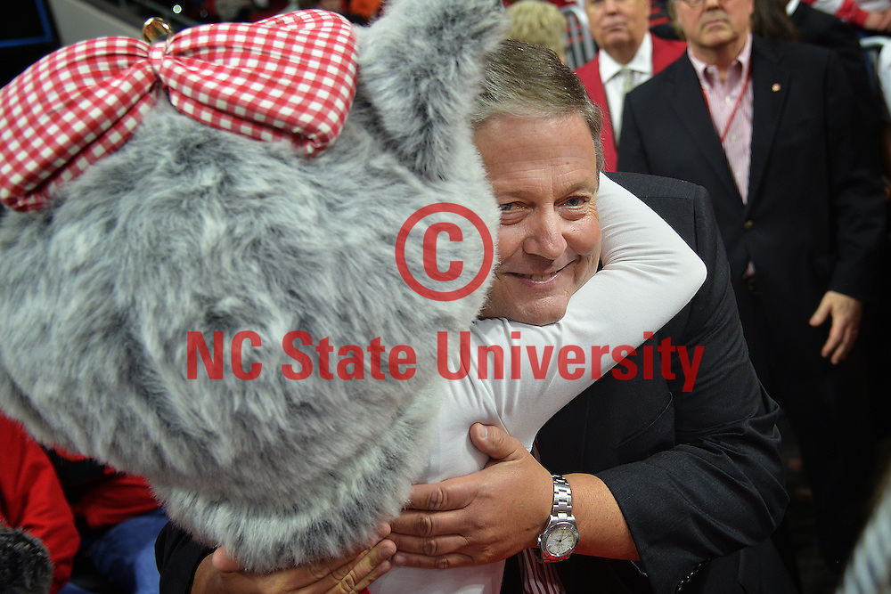 Ms Wuf gives Randy Ramsey a big hug.