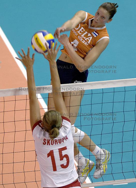 26-09-2006 volleybal kwalificatie grand prix 2007 varna bulgarije, nederland - polen / De Nederlandse volleybalsters hebben hun eerste wedstrijd van het kwalificatietoernooi voor de Grand Prix gewonnen. Nederland vocht zich tegen Polen knap terug van een 2-0-achterstand in sets en versloegen de Poolse vrouwen met 3-2 (28-30 22-25 25-22 28-26 15-10) / Chaine Staelens stuit op het blok  van Katarzyna Skorupa