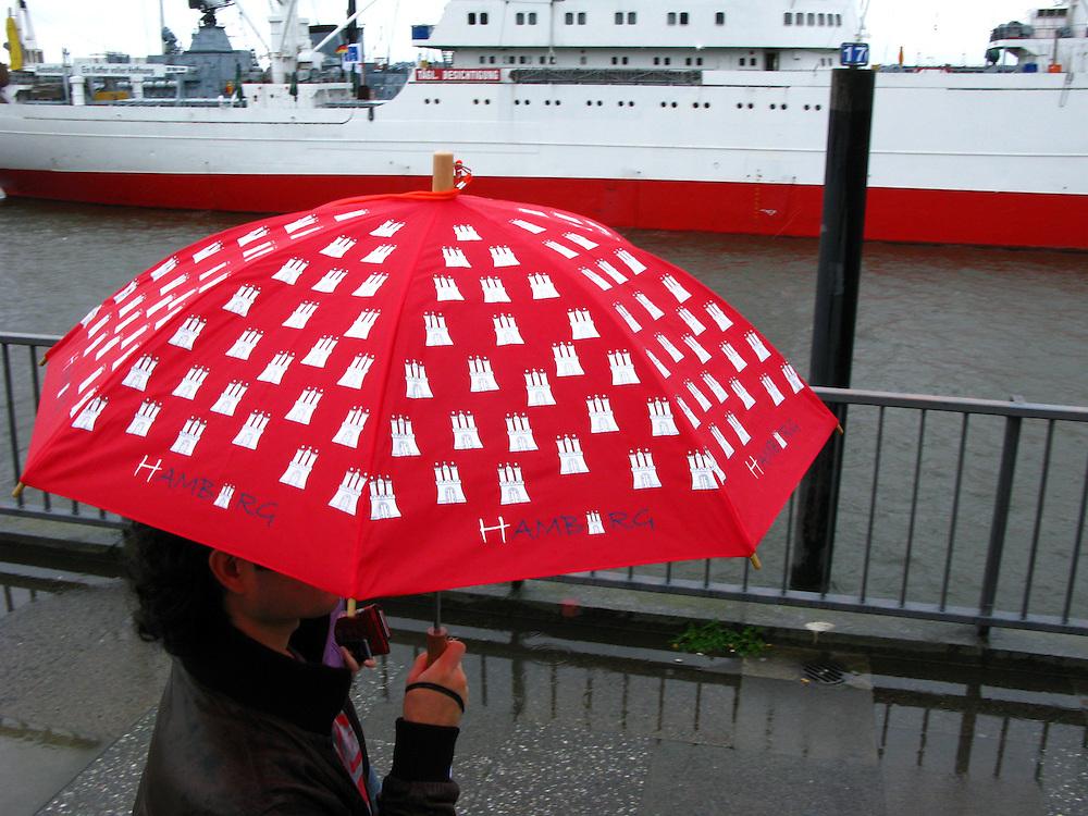 Hamburg Hafen Deutschland Schirm Regenschirm Wetter Regen Schirm Umbrella Parasol..From the series 'Umbrellas' © Stefan Falke.