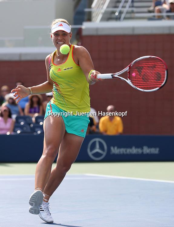 US Open 2012, USTA Billie Jean King National Tennis Center, Flushing Meadows, New York,.ITF Grand Slam Tennis Tournament ..Angelique Kerber  (GER),Aktion,Einzelbild,.Ganzkoerper,Hochformat,