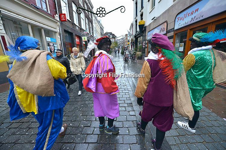 Nederland, the Netherlands, Nijmegen, 29-11-2015Een paar zwarte pieten lopen door een winkelstraat in het centrum van de stad.FOTO: FLIP FRANSSEN/ HH
