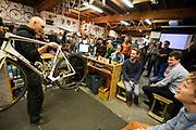 In Utrecht wordt bij fietsenwinkel CycleWorks een wielercafe gehouden. Fietsliefhebbers horen daar verhalen over het wielrennen en krijgen tijdens het 'technisch kwartiertje' uitleg over onderhoud.