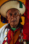 """Un participante del carnaval de tenejapa, Chiapas. El sombrero que llevan se llama """"pixchol"""" que es de palma con la copa redonda y en pico, del cual cuelgan listones de brillantes colores."""