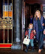 AMSTERDAM - Prins Willem-Alexander, prinses Maxima en hun dochters (VLNR) Amalia, Alexia en Ariane stappen op Amsterdam Centraal Station in de koninklijke trein richting Lech, waar zij de komende week hun jaarlijkse skivakantie gaan houden.
