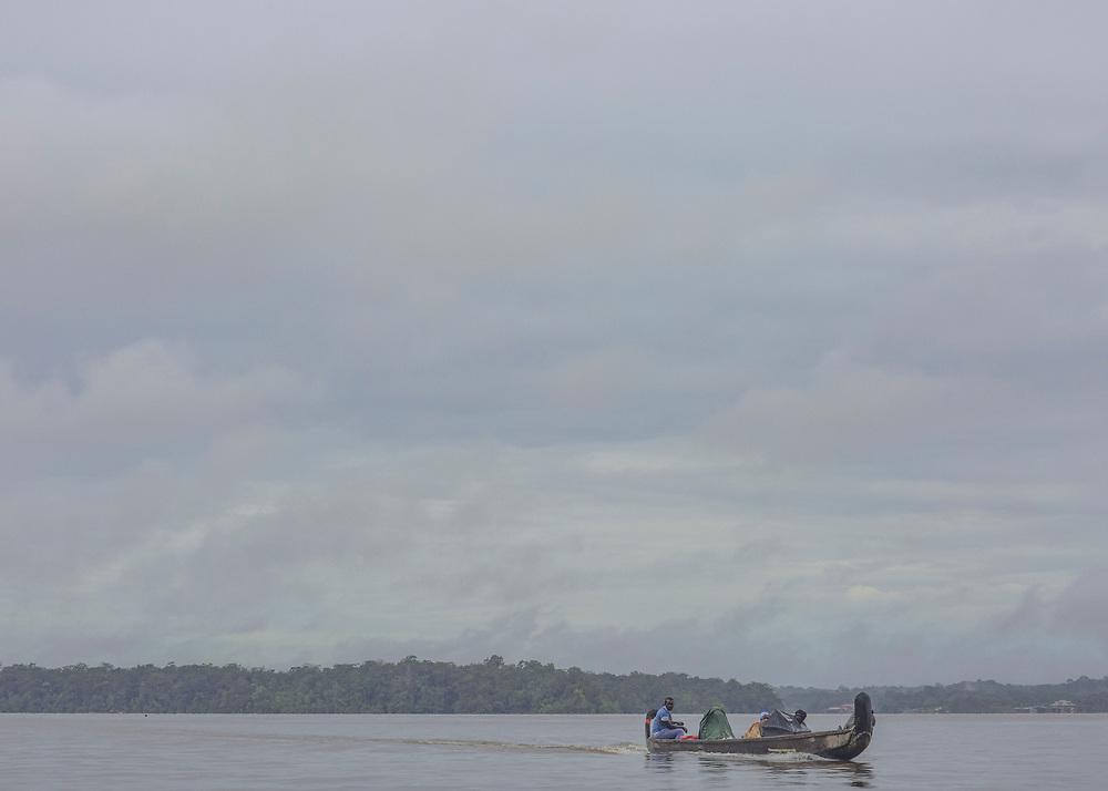Albina, Suriname, juin 2015.<br /> <br /> Politiquement, le Maroni est<br /> un fleuve fronti&egrave;re qui s&eacute;pare la Guyane du Suriname. Pourtant, cette discontinuit&eacute; administrative r&eacute;v&egrave;le ici<br /> davantage une zone aux confins des territoires nationaux et d&eacute;limite un monde qui est aussi une impasse dans laquelle la survie d&eacute;pend de la capacit&eacute; d&rsquo;&eacute;change avec la rive oppos&eacute;e.