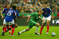 Fotball<br /> VM-kvalifisering<br /> 09.10.2004<br /> Foto: BPI/Digitalsport<br /> NORWAY ONLY<br /> <br /> Frankrike v Irland 0-0<br /> <br /> Damien Duff of Republic of Ireland takes on the French midfield