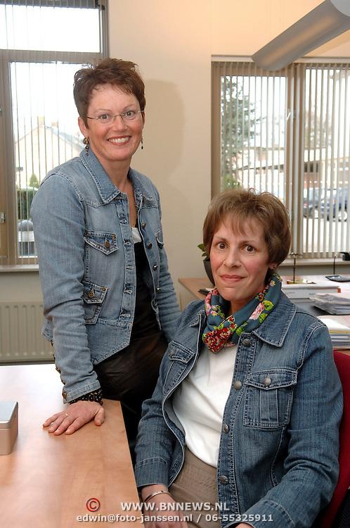 NLD/Huizen/20070313 - Overhandiging HKZ certificaat Vooranker en Christelijke Thuiszorg Huizen, Janet Zwanenburg en Henny van der Kamp