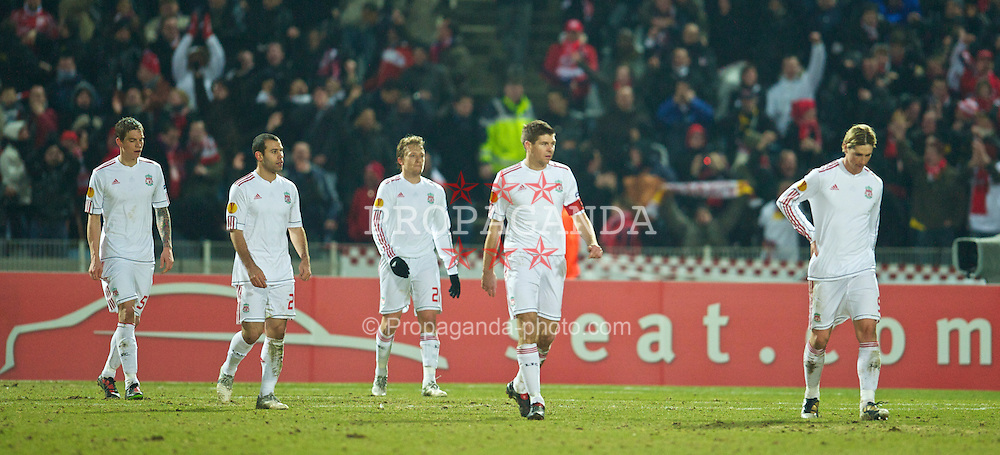 LILLE, FRANCE - Thursday, March 11, 2010: Liverpool's players look dejected as LOSC Lille Metropole score a late goal during the UEFA Europa League Round of 16 1st Leg match at the Stadium Lille-Metropole. Daniel Agger, Javier Mascherano, Lucas Leiva, captain Steven Gerrard MBE, Fernando Torres. (Photo by David Rawcliffe/Propaganda)