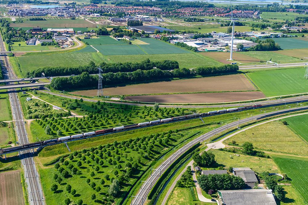 Nederland, Gelderland, Gemeente Lingewaard, 29-05-2019; Ressen, Knooppunt Ressen, kruising A15 (Rozenburg-Bemmel) met de A325 Arnhem-Nijmegen. Ook de spoorlijn Arnhem-Nijmegen en de Betuweroute - voorgrond met goederentrein - kruisen het knooppunt.<br /> Ressen junction, intersection A15 with the A325 Arnhem-Nijmegen. The Arnhem-Nijmegen railway line and the Betuwe route also cross the junction.<br /> <br /> luchtfoto (toeslag op standard tarieven);<br /> aerial photo (additional fee required);<br /> copyright foto/photo Siebe Swart