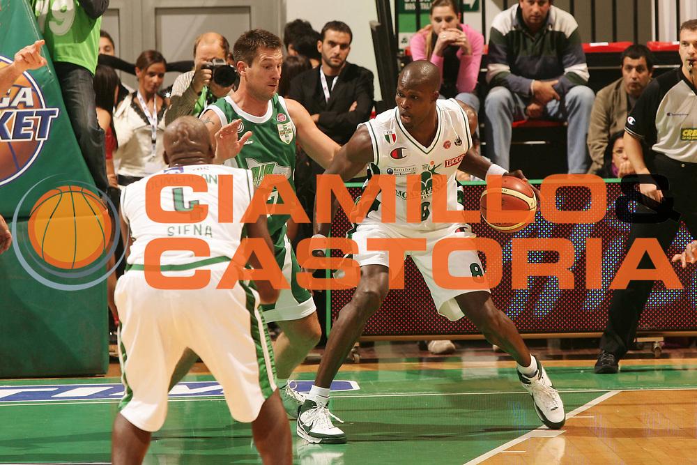 DESCRIZIONE : Siena Lega A1 2008-09 1 TIM Supercoppa 2008 Montepaschi Siena Air Avellino<br /> GIOCATORE : Benjamin Eze<br /> SQUADRA : Montepaschi Siena <br /> EVENTO : Tim Supercoppa 2008 <br /> GARA : Montepaschi Siena Air Avellino<br /> DATA : 30/09/2008 <br /> CATEGORIA : palleggio<br /> SPORT : Pallacanestro <br /> AUTORE : Agenzia Ciamillo-Castoria/P.Lazzeroni<br /> Galleria : Lega Basket A1 2008-2009 <br /> Fotonotizia : Siena TIM Supercoppa 2008 Lega A1 Montepaschi Siena Air Avellino<br /> Predefinita :