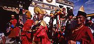 Mongolia. Maidar Buddhist ceremony  Erden Zuu, Karakorum      /  Procession boudhiste du Maidar.  (Monastère de Erdeni Zuu à Qaraqorin (Karakorum) Mongolie ), Moinillon porte-étendard Devant le Labrang, des moines et moinillons en tenue d'apparat et coiffés du chapeau shashir se préparent à porter des étendards de décoration bandan à la procession rituelle autour du monastère.  /  188       P0007338