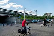 Fietsers in Utrecht kruisen elkaar.<br /> <br /> Cyclists crossing each other in Utrecht.