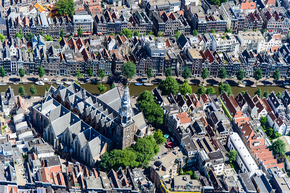 Nederland, Noord-Holland, Amsterdam, 29-06-2018; centrum van de stad, oude zijde met Oude Kerk aan de Oudezijdsvoorburgwal.<br /> Old church, red light district.<br /> <br /> luchtfoto (toeslag op standard tarieven);<br /> aerial photo (additional fee required);<br /> copyright foto/photo Siebe Swart