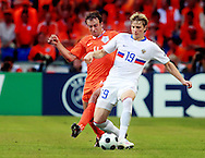21-06-2008: Voetbal: Nederland-Rusland: Basel <br /> Joris Mathijsen verdedigt Roman Pavlyuchenko<br /> Foto: Geert van Erven