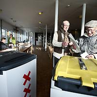 Nederland, 3 maart 2010. .Stemlokaal voor de Gemeenteraad verkiezingen en deelraadverkiezingen in het zonnehuis op het zonneplein in Amsterdam Noord...Foto:Jean-Pierre Jans