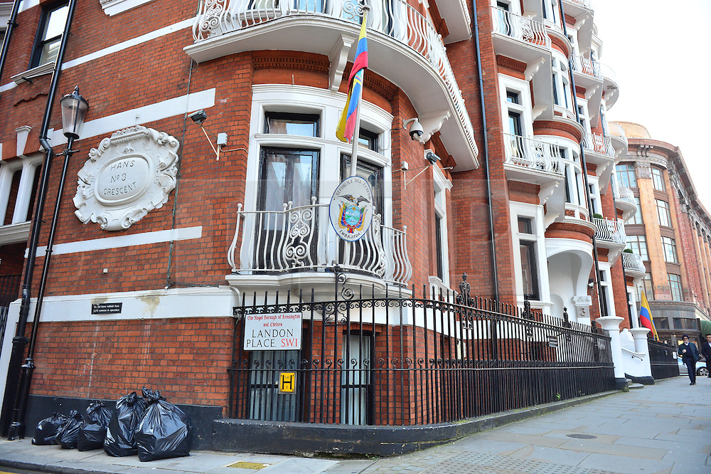 © Licensed to London News Pictures. 12/10/2015. London, UK. The unguarded entrance to the Ecuadorian Embassy in London, where the metropolitan police have stopped guarding. Julian Assange had been living at the embassy since failing to surrender to custody on 29, June 2012. Photo credit: Ben Cawthra/LNP