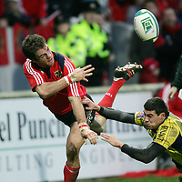Munsters Barry Murphy get his pass away as he is tackled by a  Clermont Auvergne player during their  Heineken Cup game in Thomand Park on Saturday.<br /> Pic. Brian Arthur/ Press 22