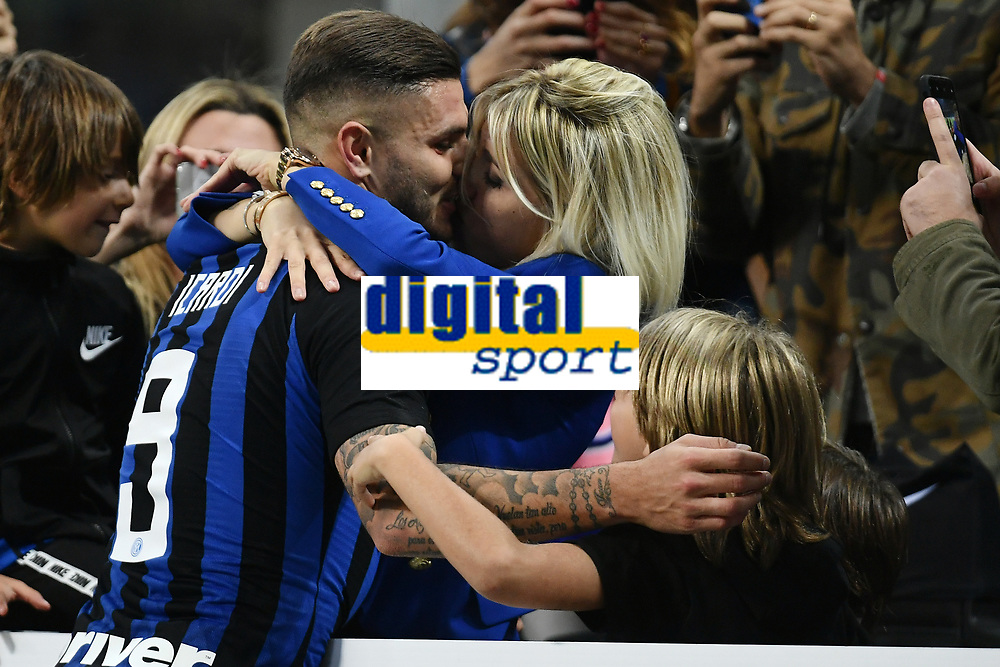 Mauro Icardi of Internazionale celebrates the victory kissing his wife Wanda Nara at the end of the Serie A 2018/2019 football match between Fc Internazionale and AC Milan at Giuseppe Meazza stadium Allianz Stadium, Milano, October, 21, 2018 <br />  Foto Andrea Staccioli / Insidefoto