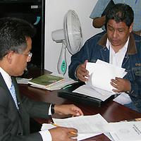 """Toluca, Mex.- A pesar de que el plazo legal concluyó a las 13:00 horas de este martes, la Junta de Conciliación y Arbitraje del Estado de México se negó a hacer público el resolutivo en torno a la """"toma de nota"""" para el reconocimiento legal del Sindicato Unificato de Maestros y Académicos del Estado de México (SUMAEM). El líder de los maestros disidentes, Luis Zamora Calzada, se entrevistó con el Secretario Particular del Secretario del Trabajo, y posteriormente con César Fajardo de la Mora, titular de la Junta, quienes rechazaron toda solicitud del SUMAEM, con lo que se puso en entredicho la actuación legal de esa instancia de gobierno. Agencia MVT / José Manuel Contreras. (DIGITAL)<br /> <br /> <br /> <br /> NO ARCHIVAR - NO ARCHIVE"""