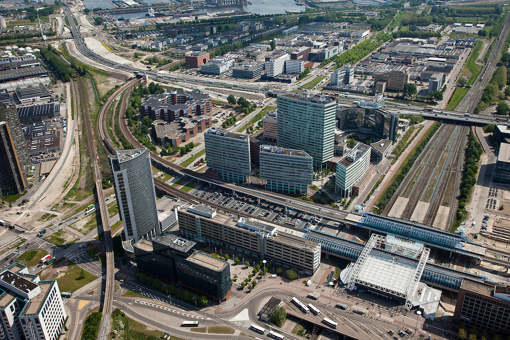 Nederland, Amsterdam, Amsterdam-West, 25-05-2010. Sloterdijk en omgeving, Teleport. Kantoorlokatie en openbaar vervoerknooppunt. Station Sloterdijk, met spoorlijnen van en naar Amsterdam CS en Schiphol, Zaandam. Kantoren van onder andere KPN. Op het tweede plan de A10-West, richting Coentunnel..Sloterdijk area, Teleport. Office Location and public transport hub. The railway links Amsterdam with Schiphol, Zaandam. Ringroad A10 West. .luchtfoto (toeslag), aerial photo (additional fee required).foto/photo Siebe Swart