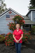 Barb Bauman bredvid orginalhuset på Bauman Farms som nu är jordbrukets kontorsbyggnad. Gervais, Oregon, USA<br /> Foto: Christina Sjögren