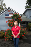 Barb Bauman bredvid orginalhuset p&aring; Bauman Farms som nu &auml;r jordbrukets kontorsbyggnad. Gervais, Oregon, USA<br /> Foto: Christina Sj&ouml;gren