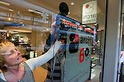 Een aantal winkeliers in shoppingmall Alexandrium zijn het niet eens met de wekelijkse koopzondag. Sinds december 2009 is de woonboulevard iedere zondag open, daarvoor was het eens per maand. Via een kort geding proberen de protesterende winkeliers de verruimde openingstijden aan te vechten. Voorstanders van de koopzondagen laten ook van zich horen, volgens hun is het goed voor de werkgelegenheid..CDA minister Donner van Sociale Zaken en Werkgelegenheid komt op 13 februari praten met de winkeliers en de tegenstanders een hart onder de riem steken