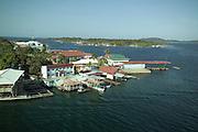 Bocas del Toro es la capital de la provincia panameña de Bocas del Toro. Se sitúa en un extremo de la isla Colón, una de las que cierran la bahía Almirante y que forman parte del archipiélago del mismo nombre. <br /> <br /> Actualmente es el centro del desarrollo turístico de la región, siendo la sede de más de cincuenta hoteles, numerosos restaurantes, operadores de tours y de una gran cantidad de comercios relacionados con esa industria. <br /> <br /> En 1904 sufrió un incendio del que tuvo que ser reconstruida. Constituye el centro administrativo y comercial de la provincia. Es sede episcopal.<br /> <br />  Posee comunicaciones marítimas además de aéreas. Su población (2010) es de 7.366 habitantes, donde cuenta con un clima de selva tropical.<br /> <br /> ©Alejandro Balaguer/Fundación Albatros Media.