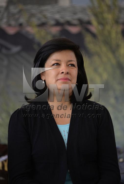 Toluca, México.- La alcaldesa de Toluca, Martha Hilda González Calderón, durante la entrega de manera simbólica de apoyos sociales federales a familias del Estado de México inscritas a los programas que ofrece SEDESOL. Agencia MVT / Crisanta Espinosa