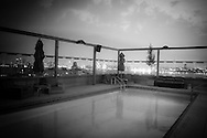 New york, meatpacking district,  Gansevort park hotel swimming pool on the rooftop terrasse  overlooking meat packet district and Chelsea/ la piscine  sur le toit terrasse de líhotel Gansevort dans le meat packet district  New york - Etats unis