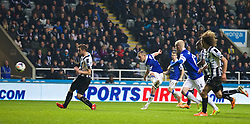 25.03.2014, St. James Park, Newcastle, ENG, Premier League, Newcastle United vs FC Everton, 28. Runde, im Bild Everton's Leon Osman scores the third goal against Newcastle United // during the English Premier League 28th round match between Newcastle United and Everton FC at the St. James Park in Newcastle, Great Britain on 2014/03/25. EXPA Pictures © 2014, PhotoCredit: EXPA/ Propagandaphoto/ David Rawcliffe<br /> <br /> *****ATTENTION - OUT of ENG, GBR*****