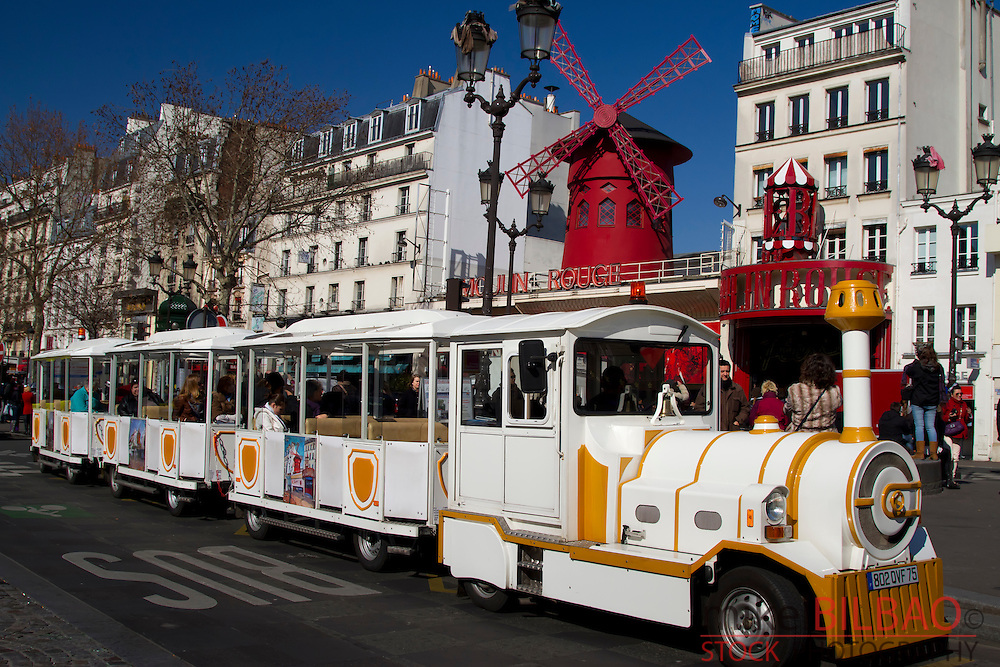 "cabaret ""Moulin Rouge"" and tourist Petit train. Pigalle. Montmartre. Paris, Francia"