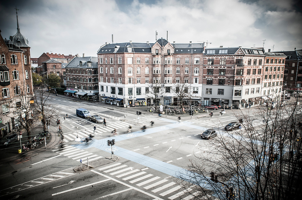 Cars and cyclists crossing the junction at Runddelen in Copenhagen. The junction meets at Nørrebrogade and Jagtvej, right next just Assistens Kirkegård.