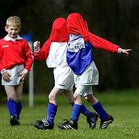 Nederland, Voorthuizen, 06 april 2003.<br /> Voetbal, Nationaal, Pupillen-F.<br /> VVOP F6- Rood Wit '58 F3<br /> Tijd: 11.42 uur.<br /> Twee spelers van Rood Wit '58 vieren hun doelpunt.<br /> Foto:Klaas Jan van der Weij.