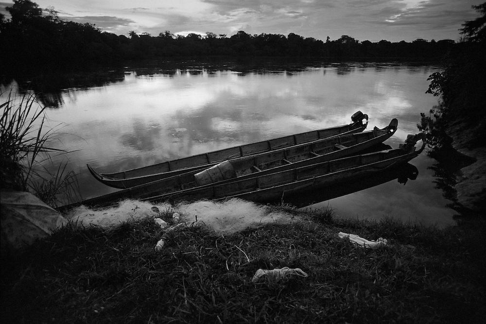 French guyana, elahe, maroni.<br /> <br /> Depuis 1996, les amerindiens de Guyane ont des papiers d&rsquo;identite. Ils ont des comptes a la poste et per&ccedil;oivent maintenant des subsides de l&rsquo;Etat. Proches de leur environnement naturel, ils continuent a vivre dans un systeme relativement autarcique : chasse, peche, culture de manioc dans les abattis et &hellip; RMI pour les cartouches et l&rsquo;essence des pirogues. La mise en place prefectorale, dans les annees 70, d'une zone arbitraire a acces reglemente qui englobe &ldquo; leurs &rdquo; territoires veut pourtant les preserver d'une acculturation certaine. Dans ce village Wayana, le taux d'impregnation au mercure depasse le seuil maximum fixe par l'OMS apres la pollution de Minamata.